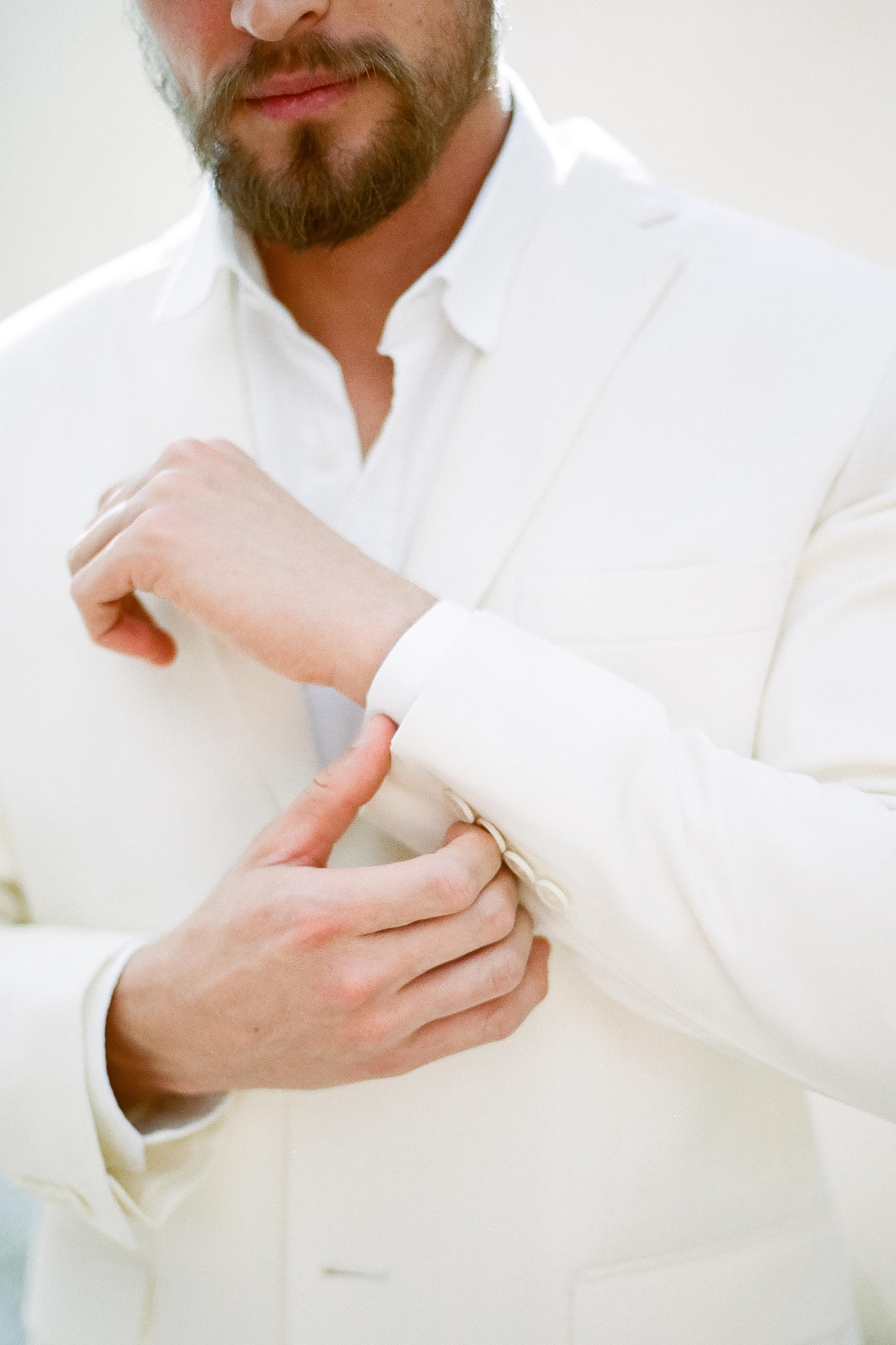 Fim de Tarde em um veleiro, barco a velas, casamento na beira de lago, casamento no fim de tarde, editorial de casamento, inspiração de casamento, buque de noiva, terno claro, terno de noivo, nina vintage, atelier oui, noiva, noivo, vestido minimalista, gisele barbosa, sapato de noiva